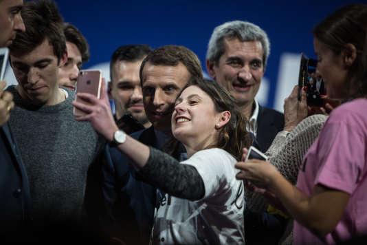Le candidat s'est prêté au jeu des selfies.