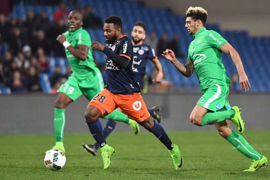 Souleymane Camara échappe à Florentin Pogba et Kevin Malcuit, symboles d'un Saint-Etienne dépassé dimanche.