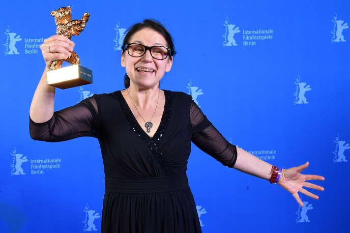 La réalisatrice Ildiko Enyedi reçoit l'Ours d'or pour son film «On Body and Soul», à Berlin, le 18 février 2017.