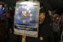 «Nous nous retrouvons par centaines de milliers dans les rues et sur les places pour exercer notre pouvoir contre la peur, contre le froid, contre l'abjection humaine, contre la corruption organisée, contre le mépris et l'arrogance» (Photo: manifestants à Bucarest, le 19 février, en faveur de la démocratie).