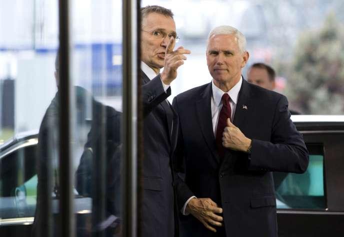 Le vice-président américain Mike Pence (à droite) et le secrétaire général de l'OTANJens Stoltenberg, le 20 février à Bruxelles.