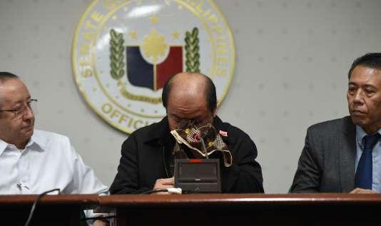 Arthur Lascanas s'est effondré en larmes pendant une conférence de presse, lundi20février, au cours de laquelle il a énuméré une série de meurtres commis à Davao, grande ville du sud de l'archipel.
