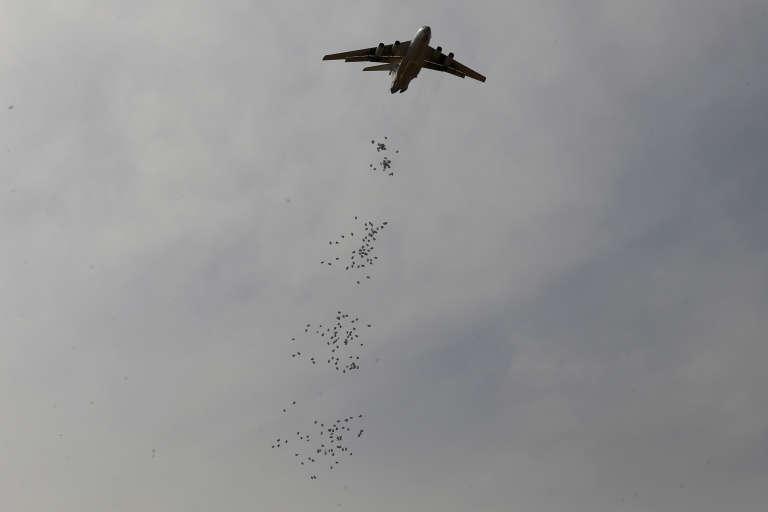 Près de la moitié de la population du pays a besoin d'une assistance alimentaire – ici, un avion du Programme alimentaire mondial des Nations unies largue des rations de nourriture dans le nord du Soudan du Sud, samedi 18 février.