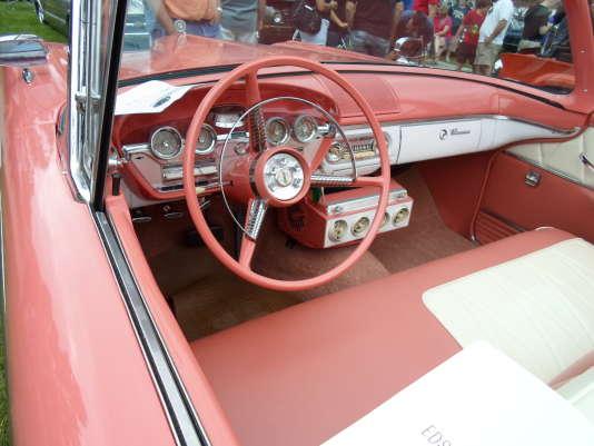 L'intérieur d'une Edsel. On note le compteur de vitesse à cadran rotatif, comme certaines Citroën des années 1970.