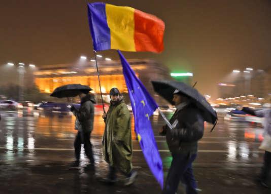 Les manifestants ont bravé la pluie à Bucarest, dimanche 19 février.