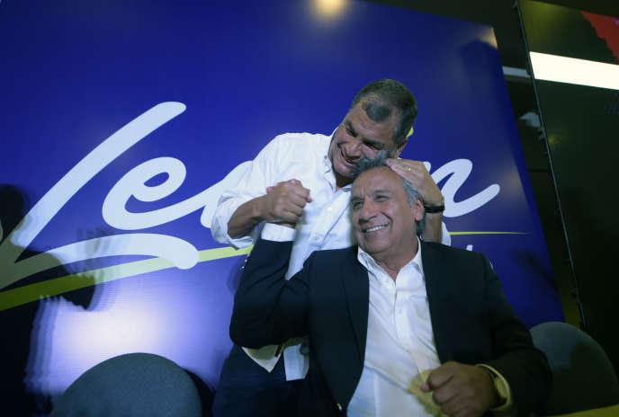 Le président Rafael Correa serre chaleureusement Lenin Moreno, candidat à sa succession, le 19 février à Quito.