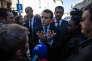 Emmanuel Macron candidat à la présidentielle 2017, est en visite à Carpentras. Il vient d'arriver et se fait interpeller par une sympatisante FN concernant ses propos sur l'Algérie. Il prend le temps de discuter.