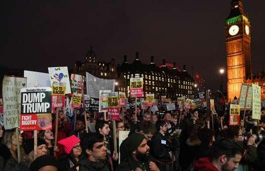 Les manifestants se sont rassemblés en fin d'après-midi à Parliament Square, en face du Parlement, alors queles députés ont débattu dans l'après-midi du bien-fondé de cette visite d'Etat.