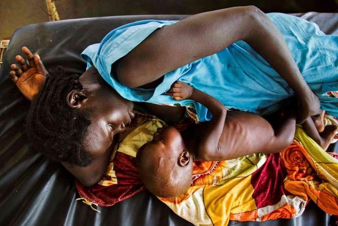 Une mère nourrit au sein son enfant qui souffre de malnutrition sévère dans une clinique dirigée par Médecins sans frontières (MSF), à Aweil, au Soudan du Sud, le11octobre 2016.