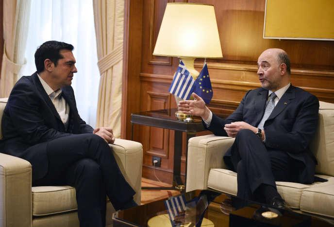 Le premier ministre grec, Alexis Tsipras (à gauche), discute avec le commissaire européen aux affaires économiques, Pierre Moscovici, à Athènes, le15février2017.