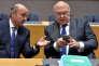 Luis de Guindos (à g.), le ministre espagnol des finances et le ministre de l'économie français Michel Sapin, lors d'une réunion de l'Eurogroupe à Bruxelles, le 26 janvier.