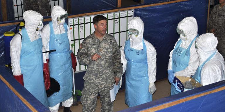 Des soldats américains forment des travailleurs médicaux à la gestion du virus Ebola, dans une unité de police de Monrovia, au Liberia, en novembre 2014.