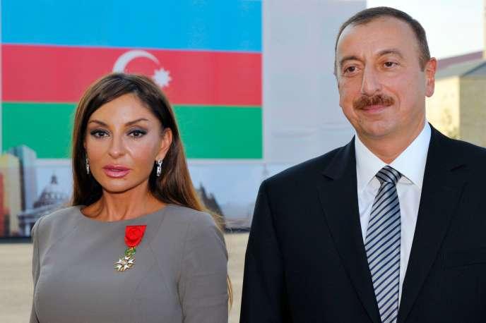 Le président de l'Azerbaïdjan, Ilham Aliev, pose en compagnie de sa femme, Mehriban Alieva, après qu'elle a été décorée de l'Ordre national de la légion d'honneur par Nicolas Sarkozy, à Bakou, le 7 octobre 2011.