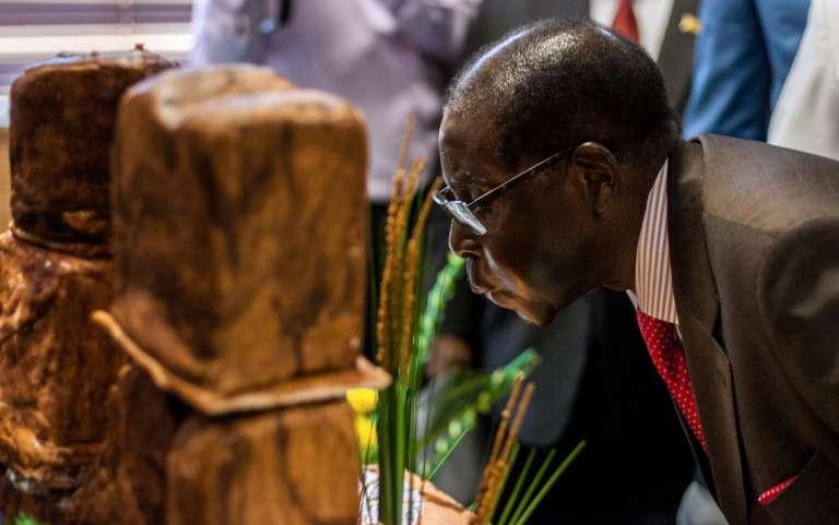 Robert Mugabe souffle ses bougies au palais présidentiel à Harare pour ses 93 ans.