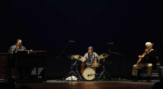 Larry Coryell (à droite) en concert avec Jimmy Cobb (au centre) et Joey DeFrancesco lors du Heineken Jazzaldia, à San Sebastian en juillet 2010.