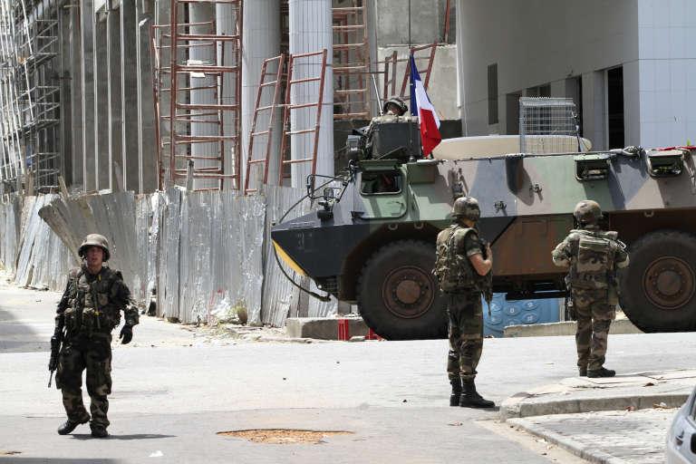 Des militaires français à proximité de l'Hôtel Novotel d'Abidjan, le 7 avril 2011.