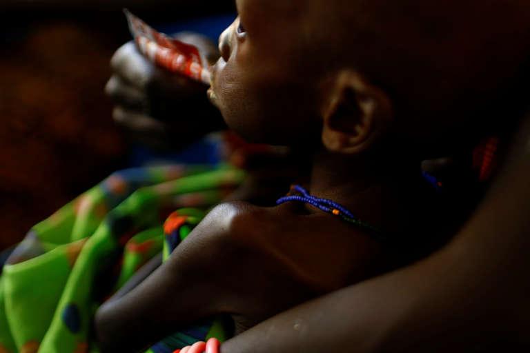 Une mère nourrit son enfant avec une pâte à base d'arachide pour traiter sa malnutrition, dans un hôpital de l'Unicef à Juba, capitale du Soudan du Sud, le 25 janvier 2017.