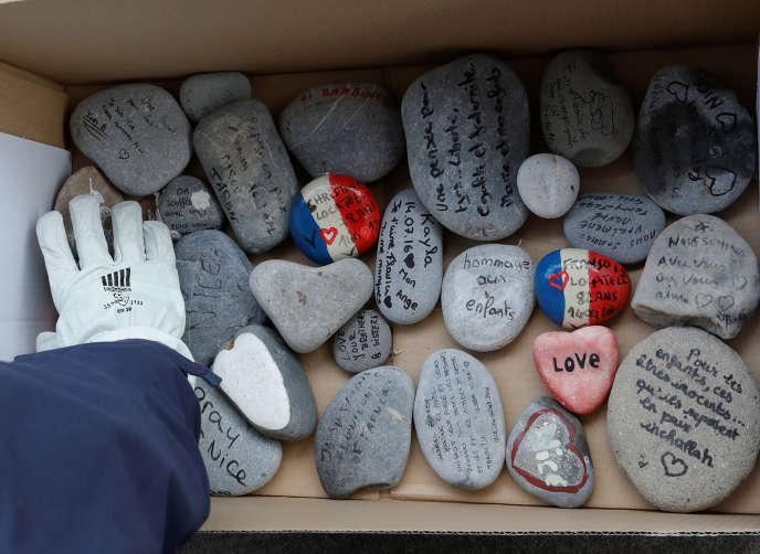 «La France compte désormais officiellement 2 000 volontaires investis dans les réseaux de l'EI» (Photo: collectes le 9 février des galets posés comme messages en hommage aux victimes de l'attentat du 14 juillet 2016 à Nice, Alpe- Maritimes).
