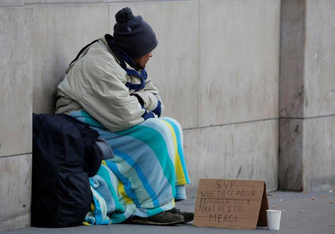 Une personne sans abri sur un trottoir de Paris, le 19 janvier 2017.