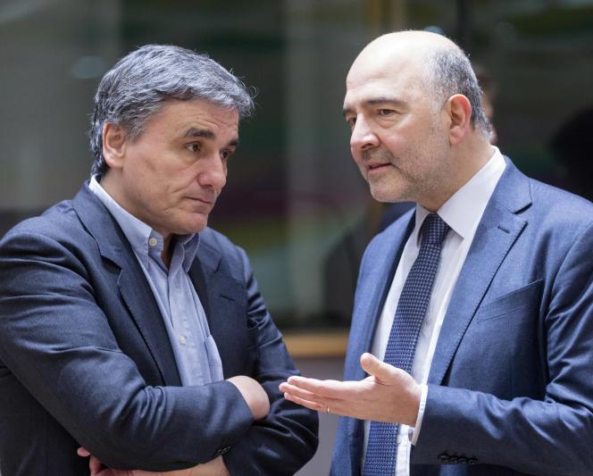 «Voter Le Pen c'est quitter l'euro et donc retrouver une monnaie nationale dévaluée, c'est perdre du pouvoir d'achat. Il faut le dire, et combattre cette folie mortifère. Sans la protection de l'euro, les marchés attaqueront nos banques et donc notre épargne». (Photo : le commissaire européen Pierre Moscovici dialogue avec le ministre grec des finances Euclid Taskalotos (à gauche), à Bruxelles, le lundi 20 février).