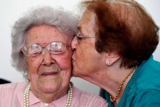 La doyenne des Français Honorine Rondello, 113 ans, embrassée par sa fille Yvette àSaint-Maximin-La Sainte-Baume (Var) le 7 septembre 2016.