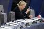 Marine Le Pen, qui critique vivement l'Union européenne et ses institutions, est paradoxalement soupçonnéed'emplois fictifs d'assistants au Parlement européen. Une curieuse utilisation des fonds européens.