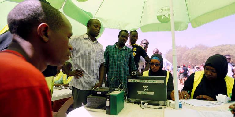 La Commission électorale indépendante kényane a installé pendant plusieurs mois dans tout le pays des petis bureaux mobiles à parasol vert pour inciter les Kenyans à s'inscrire sur les listes électorales.
