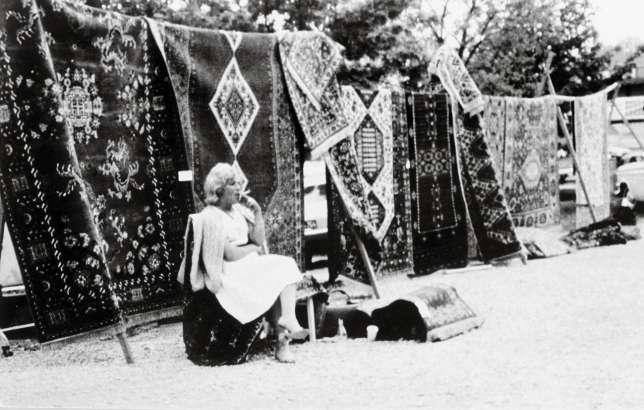 Avant d'écrire ou de peindre, Ceija Stojka vendait des tissus au porte-à-porte puis des tapis sur des foires.