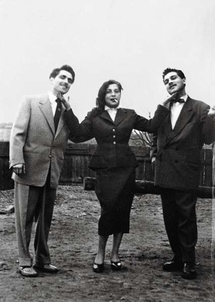 Ceija Stojka dans les années 1950 avec un de ses maris, Horst Prugel, et son grand frère Karli.