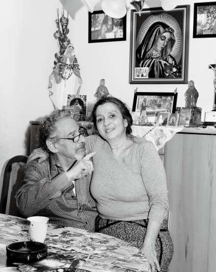 Hodja, fils de l'artiste, et sa femme Nuna, dans leur appartement à Vienne.