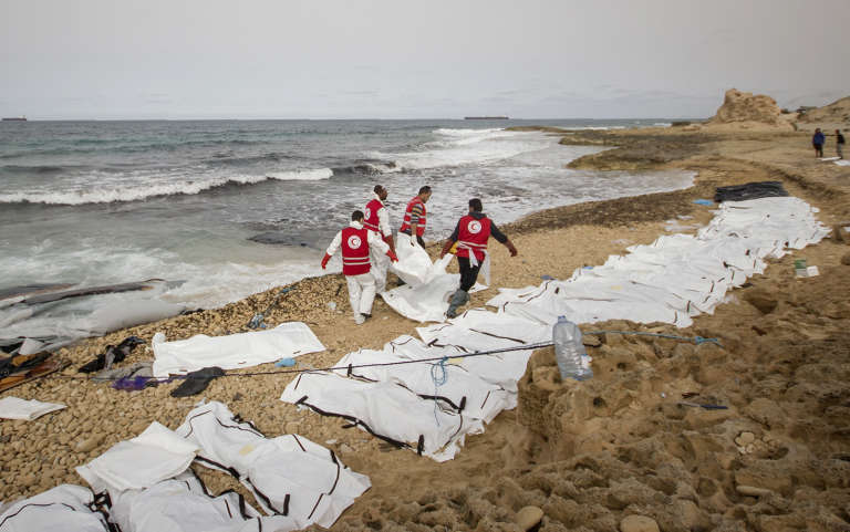 Des volontaires du Croissant-Rouge libyen évacuent les corps de 74 migrants échoués près de la ville deZawiyah (Libye) le 21 février.