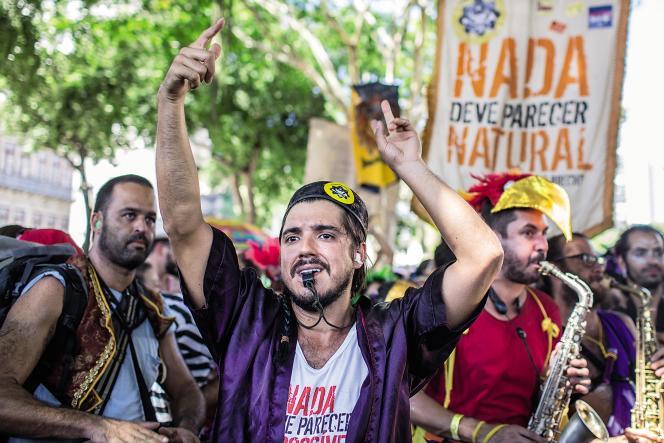 Artistes et militants mêlent revendications politiques et bonne humeur carnavalesque lors du défilé « Rien ne doit sembler impossible à changer », à Rio, le 19 février.