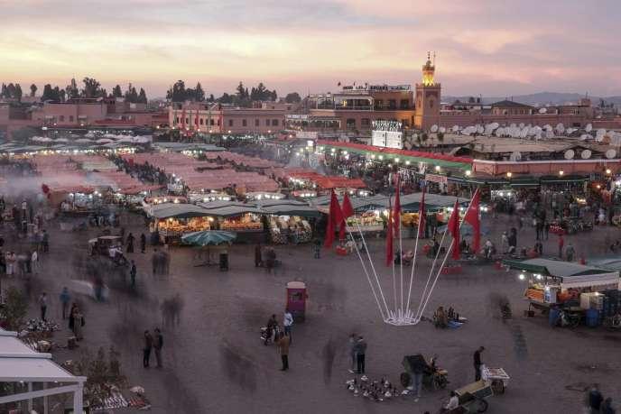 Une photo longue exposition de la place Jemaa Al-Fnaa pendant un marché, à Marrakech, au Maroc, le 11 novembre 2016.