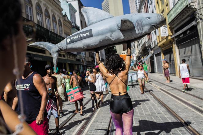 A Rio, le 19 février.En marge des festivités officielles, les participants d'un «bloco»scandent un message clair au président: «Dégage Temer!»
