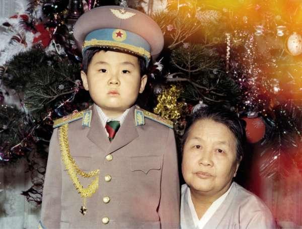 Le jeune Kim Jong-nam en uniforme de l'armée, avec sa grand-mère maternelle, en janvier 1975.