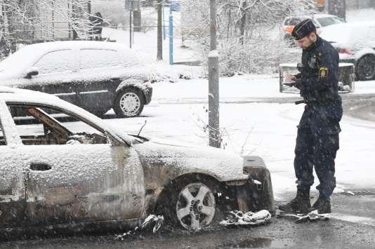 Voiture incendiée à Rinkeby, le 21 février 2017.