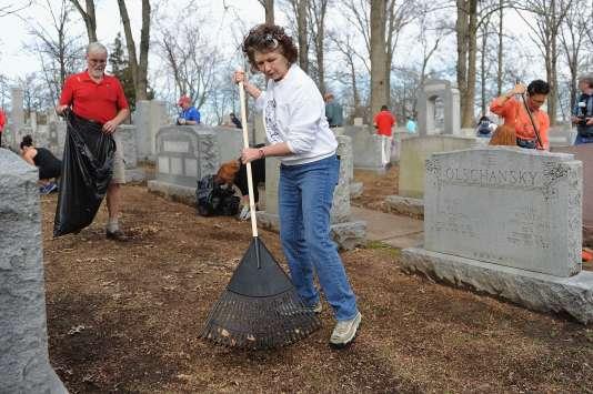 Des bénévoles remettent en ordre le cimetière juif de Chesed Shel Emeth, à University City, près de Saint-Louis (Missouri), le 22février.