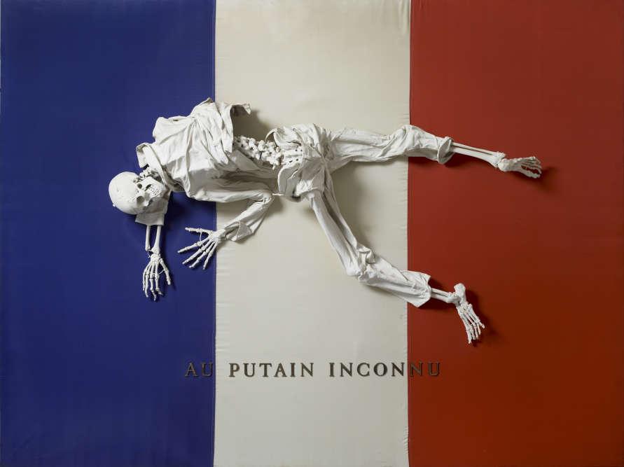 «De tous les artistes français, Michel Journiac est celui qui s'est confronté le plus violemment à toutes les questions d'actualité : l'assignation des rôles sexuels, la peine de mort, mais aussi les symboles de la nation, qu'il détourne ici en allégorie macabre.»