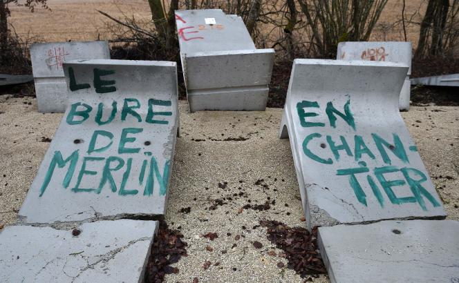 Un graffiti des antinucléaires, le 22 février 2017 : « Le Bure de Merlin en chantier».