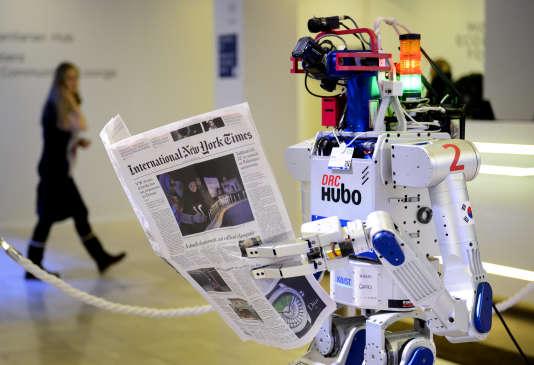 Un robot tenant un journal au World Economic Forum (WEF) de Davos, en Suisse, le 22 janvier 2016.