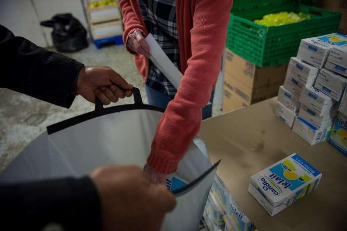 «Avec un RSA à 535euros par mois, on doit aller aux distributions alimentaires, ce qui est chaque fois une humiliation quelle que soit la qualité de l'accueil qu'on y trouve». (Photo : Volontaires des « Restos du cœur» lors d'une distribution de produits alimentaires, à Tours, le 21 novembre 2016).