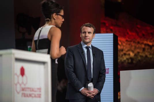 Les candidats à la présidentielle étaient invités ce mardi 21 février par la Mutualité française à discuter sur le thème de la santé et de la protection sociale. Ils sont passés les uns après les autres (sauf Marine Le Pen et Jean-Luc Mélenchon). Ici, Emmanuel Macron est le premier à passer. Il est accueilli par Audrey Pulvar.