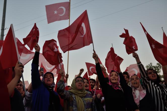 Manifestation de femmes turques à Istanbul en faveur du président Erdogan.