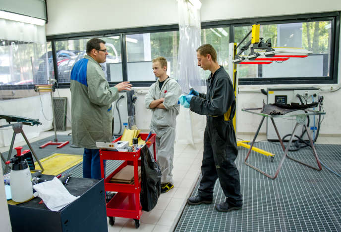 Des apprentis dans un atelier de carrosserie, à l'Université régionale des métiers de l'artisanat, à Arras (Nord).