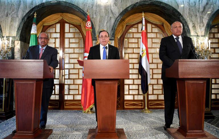 Le ministre délégué aux affaires africaines de l'Algérie, Abdelkader Messahel, le ministre des affaires étrangères tunisien, Khemaies Jhinaoui, et son homologue égyptien, Sameh Shoukry, au sommet de Tunis sur la Libye, le 20 février 2017.