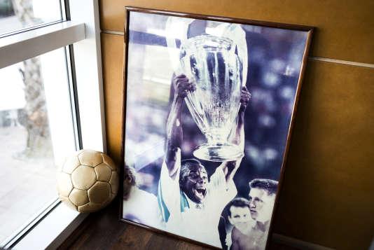 La photo de Basile Boli soulevant le trophée de la Ligue des champions 1993..