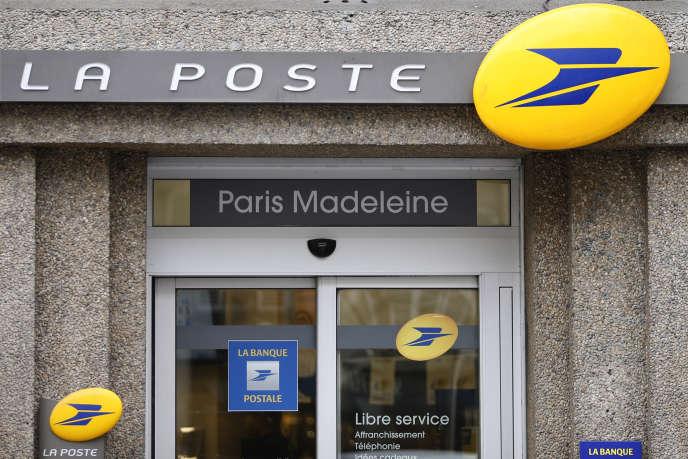 Le logo de La Poste sur un bureau de poste, en 2016 à Paris.