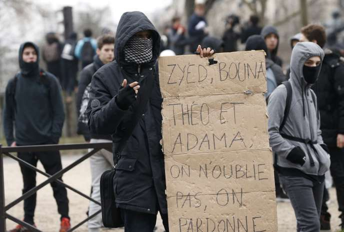Lors de la manifestation contre les violences policières, le 23 février à Paris.