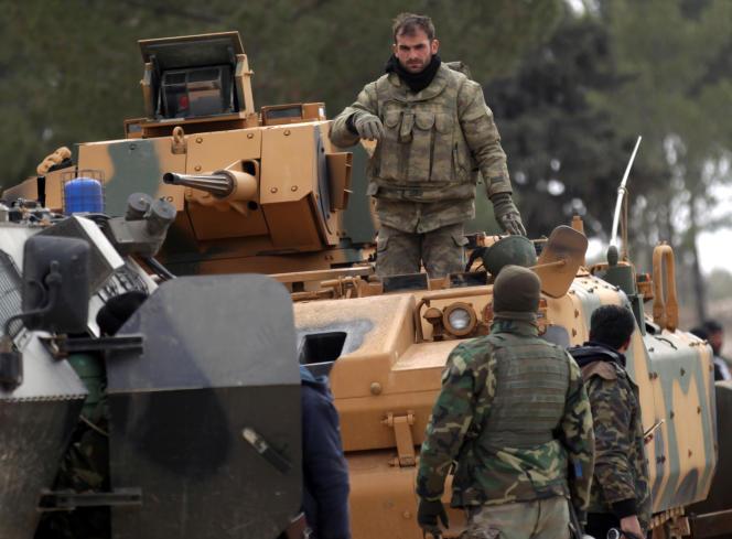 Des militaires turcs et des membres de l'ASL à proximité d'Al-Bab, le 4 février.