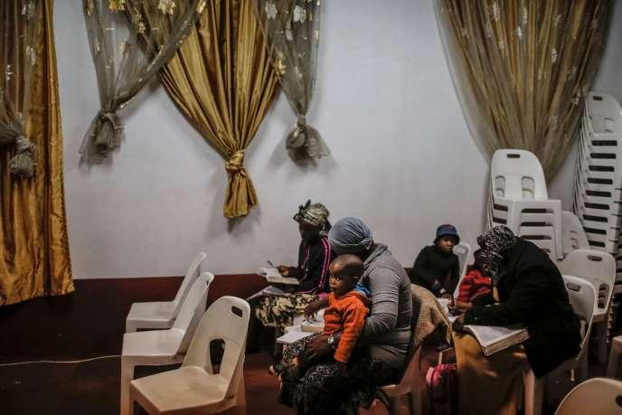 Des immigrés nigérians rassemblés dans une église en réponse à la montée des actes xénophobes en Afrique du Sud.